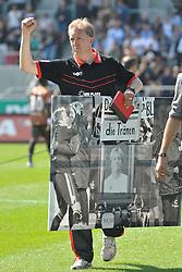 07.05.2011, Millerntor Stadion, Hamburg, GER, 1.FBL, FC St. Pauli vs FC Bayern Muenchen, im Bild Co-Trainer Andre Trulsen (Pauli) wird bei seinem letzten Heimspiel mit einem Bild verabschiedet und winkt den Fans. EXPA Pictures © 2011, PhotoCredit: EXPA/ nph/  Witke       ****** out of GER / SWE / CRO  / BEL ******
