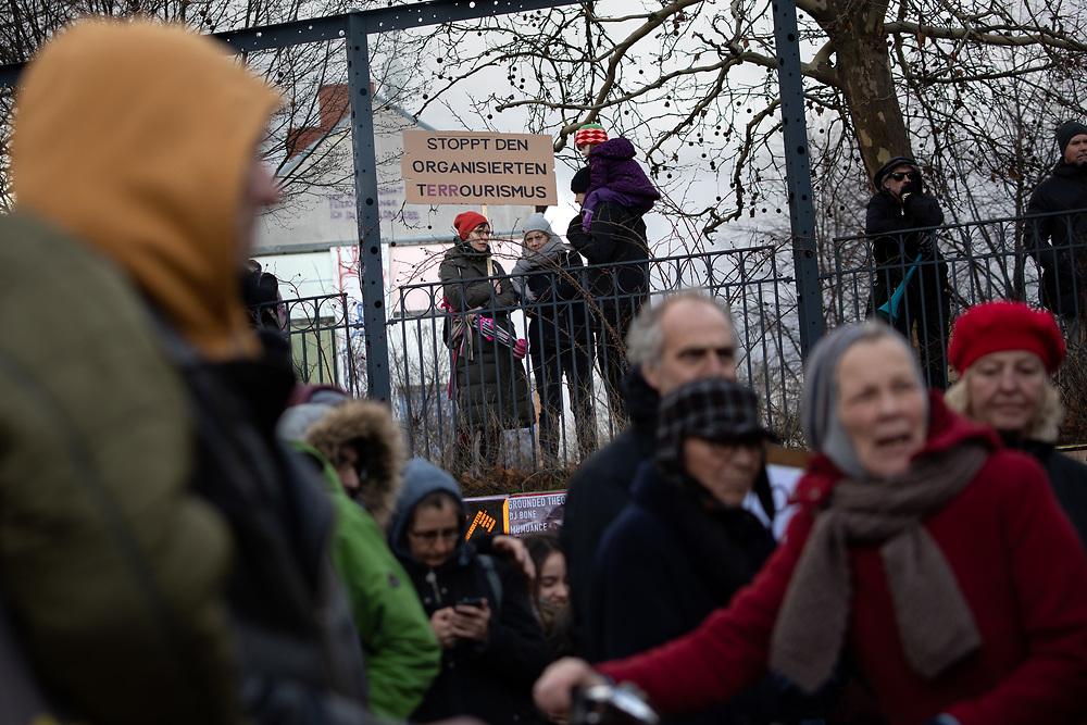 """Mehrere hundert Menschen protestieren in Berlin Kreuzberg gegen den Neubau eines Hotel / Hostels an der Kreuzung Skalitzer Straße und Mariannenstrasse und für bezahlbaren Wohnraum. Laut Anwohnerinitiative """"No Hostel36"""" plant die Ideal-Versicherung auf dem Areal den Bau eines Hostels und Hotels mit insgesamt 750 Betten und Busparkplätzen. Demonstrantin mit Schild: Stoppt den organisierten Terrourismus. <br /> <br /> [© Christian Mang - Veroeffentlichung nur gg. Honorar (zzgl. MwSt.), Urhebervermerk und Beleg. Nur für redaktionelle Nutzung - Publication only with licence fee payment, copyright notice and voucher copy. For editorial use only - No model release. No property release. Kontakt: mail@christianmang.com.]"""