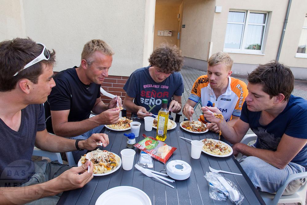Het team eet pasta voor de avond. HPT Delft en Amsterdam is in Senftenberg voor de recordpogingen op de Dekra baan.<br /> <br /> The team is eating pasta. The Human Power Team Delft and Amsterdam has arrived in Senftenberg (Germany) to break the world record on the one hour time trial at the Dekra test track.