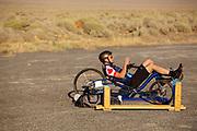 De eerste racedag. In Battle Mountain (Nevada) wordt ieder jaar de World Human Powered Speed Challenge gehouden. Tijdens deze wedstrijd wordt geprobeerd zo hard mogelijk te fietsen op pure menskracht. De deelnemers bestaan zowel uit teams van universiteiten als uit hobbyisten. Met de gestroomlijnde fietsen willen ze laten zien wat mogelijk is met menskracht.<br /> <br /> Qualifications on Monday. In Battle Mountain (Nevada) each year the World Human Powered Speed Challenge is held. During this race they try to ride on pure manpower as hard as possible.The participants consist of both teams from universities and from hobbyists. With the sleek bikes they want to show what is possible with human power.