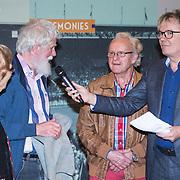 NLD/Amsterdam/20151210 - Andere Tijden sport presentatie seizoen 2016, Elfstedentocht rijder Jan-Roelof Kruithof met een origineel stukje kluun tapijt uit 1985 en presentator Tom Egbers