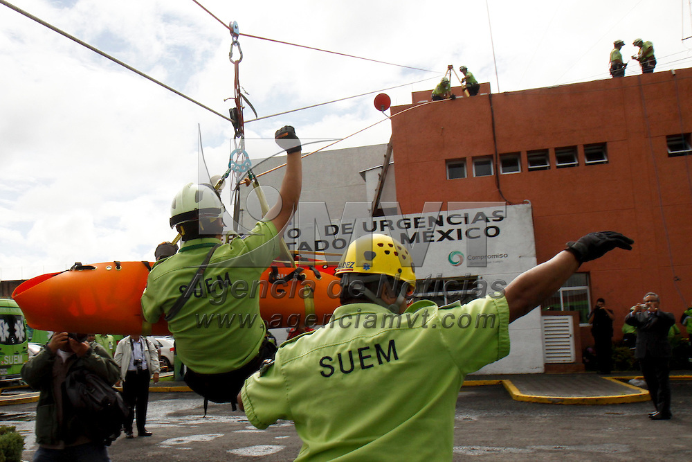 TOLUCA, México.- El Servicio de Urgencias del Estado de México, celebro su 35 aniversario al servicio de la población mexiquense, integrantes de este grupo realizaron una  demostración de rescate en accidente automovilístico y rescate a rapel. Agencia MVT / Crisanta Espinosa. (DIGITAL)