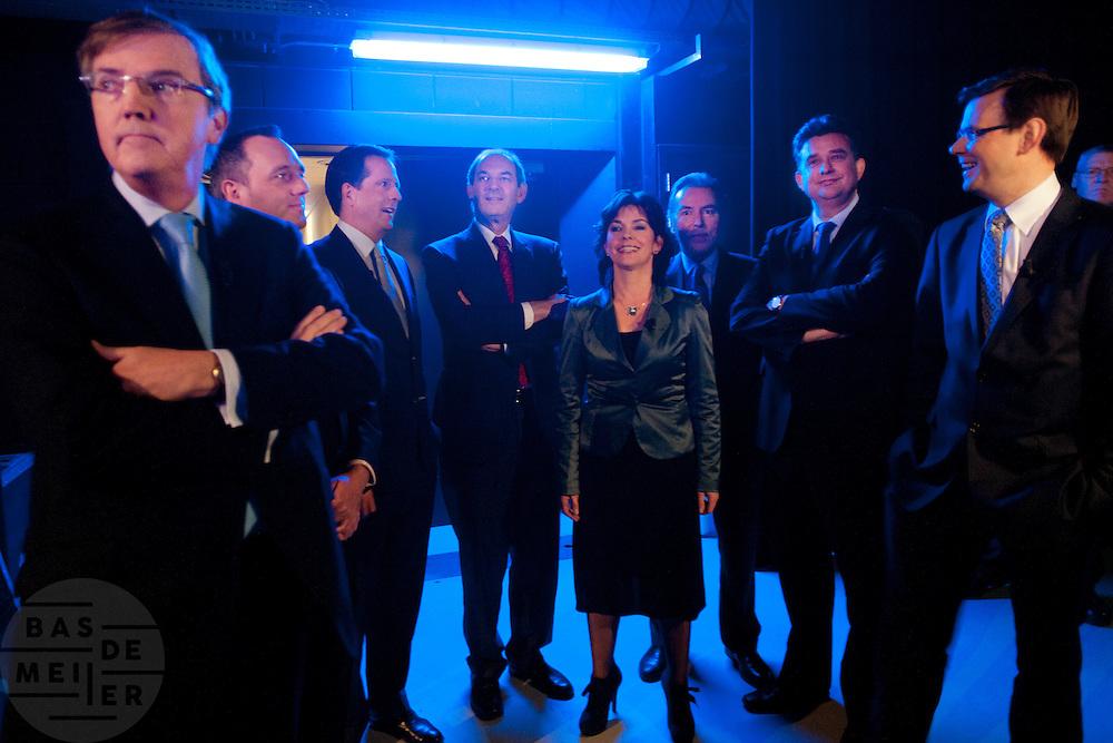 De deelnemers aan het debat wachten tot ze op moeten. Van links naar rechts: Loek Hermans (VVD), Machiel de Graaf (PVV), Alexander Pechtold (D'66), Job Cohen (PvdA), Jolande Sap (GroenLinks), Elco Brinkman (CDA), Emile Roemer (SP), Andre Rouvoet (CU). De avond voor de verkiezingen van de Provinciale Staten wordt in een studio in Baarn nog een debat gevoerd. Het debat wordt door de oppositie gevoerd door de lijsttrekkers van de Tweede Kamer, de gedoogcoalitie vaardigt de lijsttrekkers van de Eerste Kamer af. Via de Provinciale Statenverkiezing wordt indirect ook de Eerste Kamer gekozen.<br /> <br /> The debaters are waiting before they have to go on stage. From left to right: Loek Hermans (liberals), Machiel de Graaf (conservative), Alexander Pechtold (democrats), Job Cohen (labour), Jolande Sap (green), Elco Brinkman (Christian democrats), Emile Roemer (socialist) and Andre Rouvoet (Christian). The evening before the elections for the Dutch districts, who will choose the senators, the political leaders are debating on television.