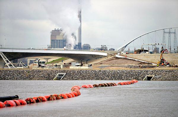 Nederland, Nijmegen, 25-11-2015 De nevengeul aan de overkant van de Waal bij Lent nadert zijn voltooiing. Laatste werkzaamheden. In de nieuwe dijk is een drempel gebouwd die stapsgewijs water doorlaat en bij hoogwater overloopt. Zicht op de inlaat, de drempel waar de geul begint. Grootste onderdeel van de vele werken van Rijkswaterstaat om bij hoogwater een betere waterafvoer in de rivier te hebben. Het is een omvangrijk project waarbij onder meer de pijlers van het spoorviaduct een bredere basis kregen omdat die straks in de loop van het water staan. Ook de n325 die vanaf de Waalbrug naar Arnhem loopt is over 400 meter opnieuw aangelegd omdat het talud vervangen wordt door een nieuwe brug met drie gracieuze pijlers. Het dorp veurlent komt op een kunstmatig eiland te liggen met twee bruggen als ontsluiting. Een voetgangersbrug en een andere, de Promenadebrug, voor normaal verkeer. Inmiddels begint de nieuwe kade aan de noordkant van deze geul vorm te krijgen. Ruimte voor de rivier, water, waal.The Netherlands, Nijmegen Measures taken by Nijmegen to give the river Waal, Rhine, more space to flow during highwater and to prevent the risk of flooding. Room for the river. Reducing the level, waterlevel. Large project to create a new paralel gully, an extra flow of water, so the river can drain more water during highwater. Due to climate change and expected rise, increase of the sealevel, the Dutch continue to protect their land from the water. Foto: Flip Franssen/HH