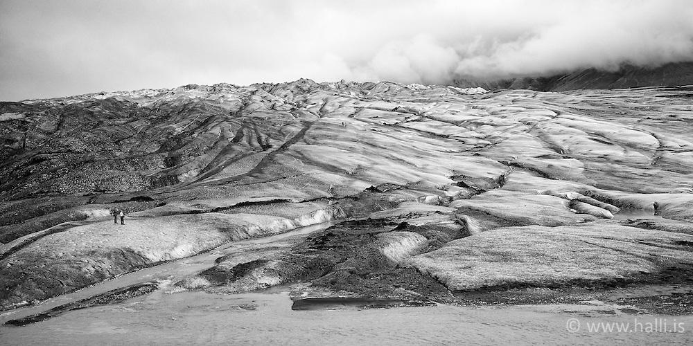 Tourists walking at the glacier, Svinafellsjokull, Iceland - ferðamenn á Svínafellsjökli