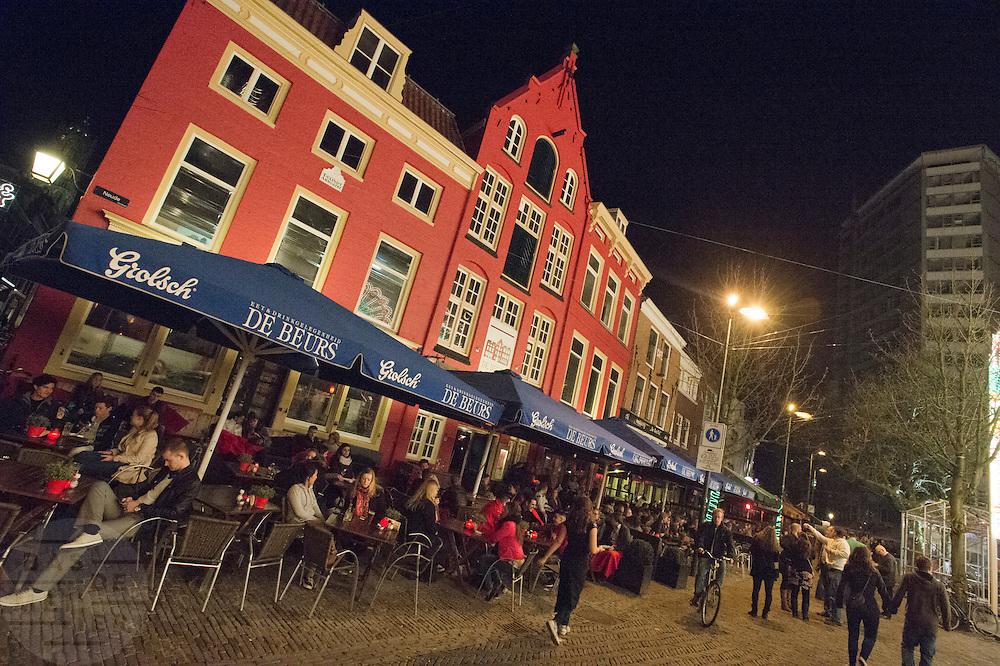In Utrecht zijn 's avonds de terrassen op de Neude goed gevuld.<br /> <br /> The terraces are fully packed at the Neude in Utrecht during a nice evening.