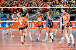 26-09-2015 NED: Volleyball European Championship Nederland - Slovenie, Apeldoorn<br /> Vreugde bij Nederland als zij met 3-0 winnen Maret Balkestein-Grothues #6, Robin de Kruijf #5, Manon Nummerdor-Flier #12, Femke Stoltenborg #2, Anne Buijs #11<br /> Photo by Ronald Hoogendoorn / Sportida