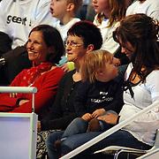NLD/Hilversum/20070310 - 9e Live uitzending SBS Sterrendansen op het IJs 2007 de Uitslag, manuela Sep, partner van Geert Hoes en kind Robijn