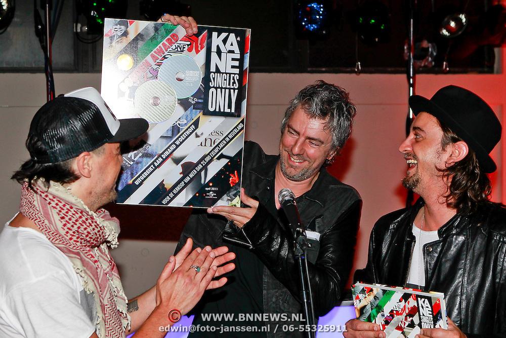 """NLD/Rotterdam/20110422 - Boekpresentatie en Gouden plaat voor Kane """"Singles Only"""" , Ruud de Wild reikt de gouden plaat uit aan Dinand Woesthoff en Dennis van Leeuwen"""