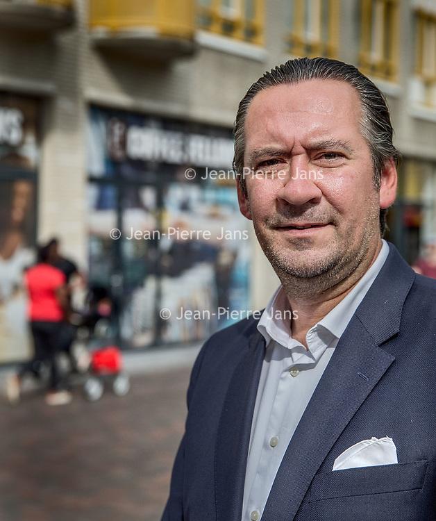 """Nederland, Amsterdam, 17 mei 2017.<br /> Tijdelijke leegstand, renovatie en nieuwe opgeschoven gevels plus bedrijven  """"under construction"""" (in opbouw) in winkelcentrum de Amsterdamse Poort moeten het winkelcentrum uiteindelijk aanpassen aan de omstandigheden van deze tijd.<br /> Op de foto: Etienne van Unen, partner Director Retail<br /> Co Head EMEA Retail Amsterdam<br /> <br /> Foto: Jean-Pierre Jans"""