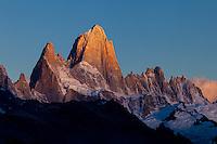 MACIZO DEL CERRO FITZ ROY O CHALTEN (3.405 m.s.n.m.) AL AMANECER, PARQUE NACIONAL LOS GLACIARES, PROVINCIA DE SANTA CRUZ, PATAGONIA, ARGENTINA (PHOTO © MARCO GUOLI - ALL RIGHTS RESERVED)