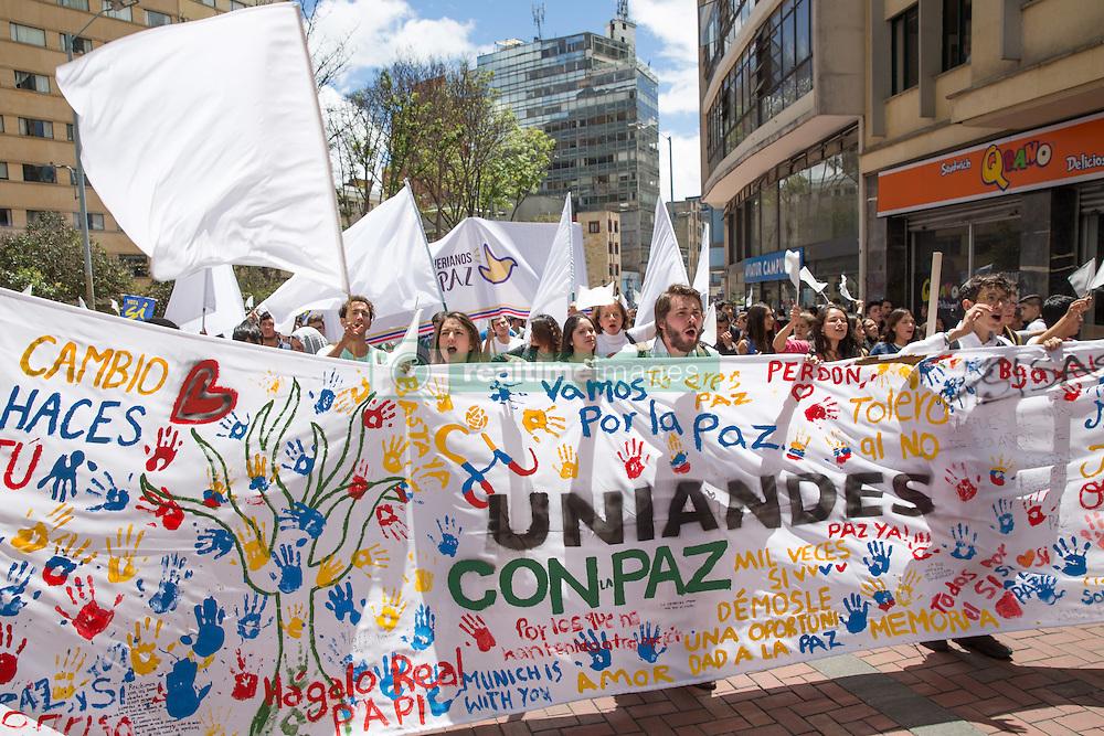 Studenten unterstützen mit einer Kundgebung in Bogota den Friedensvertrag zwischen der Regierungs und der Farc / 090916 *** Bogota, Cundinamarca, Colombia - 09.09.2016        <br /> <br /> Protest march of students and university staff in Bogota for the peace agreement between the Colombian government and the FARC. On 02 October, a peace contract referendum about the September 26 . Should this be accept the 52 years long war between FARC and the Colombian government will end.<br /> <br /> Proteste von Studierenden und Universitaetsangestellten in Bogota fuer das Friedensabkommens zwischen der kolumbianischen Regierung und der FARC. Am 02. Oktober findet ein Volksentscheid ueber den Friedensvertrag. Sollte dieser Angenommen werden wuerde ein 52-jahriger Krieg zwischen der FARC und der Regierung beendet.<br />  <br /> Photo: Bjoern Kietzmann