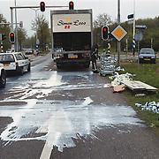 AH Albert Heijn vrachtwagen melk en yoghurt verloren op het Merk Huizen