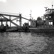 NLD/Huizen/19900128 - Aanvaring op het Gooimeer tussen een zandzuiger en  een binnenvaartschip