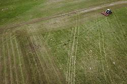 THEMENBILD - ein Landwirt bearbeitet mit seinem Traktor eine Weide für seine Kühe, aufgenommen am 10. April 2019 in Kaprun, Oesterreich // a farmer works with his tractor on a meadow for his cows in Kaprun, Austria on 2019/04/10. EXPA Pictures © 2019, PhotoCredit: EXPA/ JFK