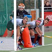 NLD/Laren/20060409 -  Hockey, hoofdklasse dames, Laren - Nijmegen, keeper Adinda Boeren en speelsters wachten op de bal