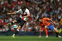 Photo: Lee Earle.<br /> Inter Milan v Valencia. The Emirates Cup. 28/07/2007. Inter's Zlatan Imbrahimovic (L) trys a shot on goal, watched by Valencia's David Albelda.
