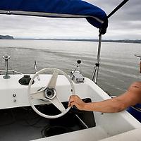 Verenigde Staten.Rockland.Piermont.9 augustus 2005.<br /> Bewoners van het Havenplaatsje Piermont aan de Hudson rivier zo'n 40 km buiten New York.<br /> Vele bewoners van Piermont en van New York hebben een boot in de haven liggen.Piermont is het 1e dorpje aan de Hudson ten Westen van New York city.<br /> Op de foto 1 van de bewoners vaart met zijn boot  de Hudson rivier over .Bootje varen.Ontspanning.Recreatie.<br /> Archives 2005, in the marina of Piermont, New York USA.