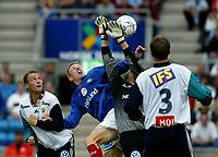 Fotball - Vålerenga - Stabæk 0-2 Ullevål stadion 21. juli 2002. Kristen Viikmäe, Vålerenga i duell med keeper. Stabækspillerne er Mike Kjølø (t.v.) og Andrè Flem (med ryggen til) <br /> <br /> Foto: Andreas Fadum, Digitalsport