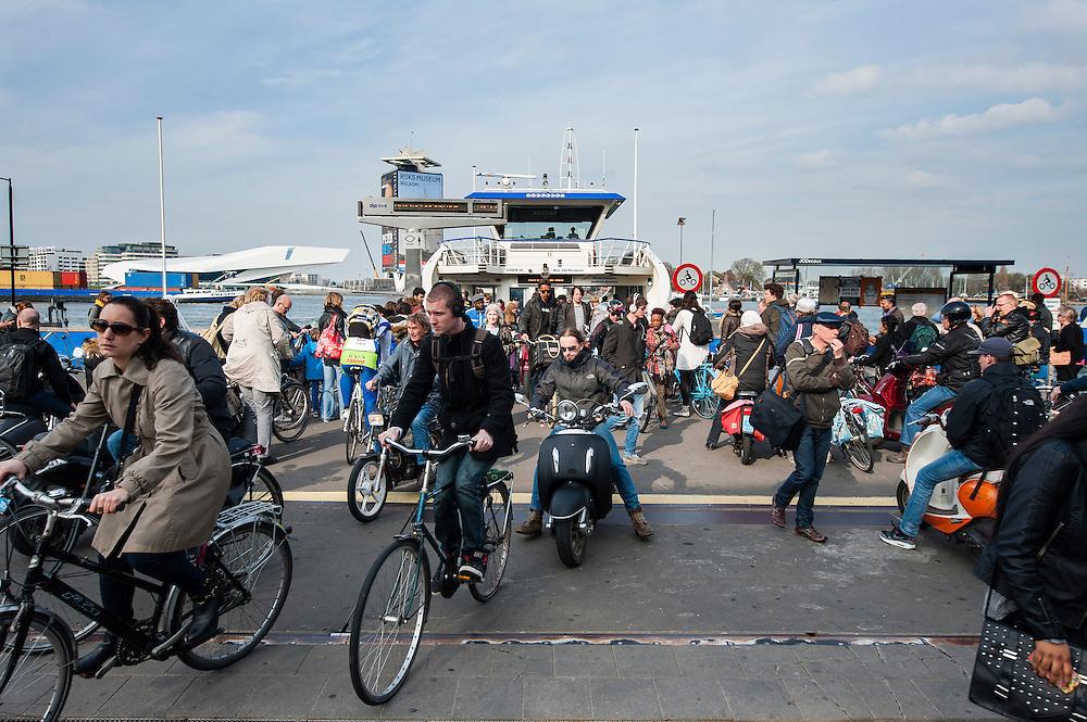 Nederland, Amsterdam, 22 april 2013<br /> Aanlegsteigers van veerponten over het IJ. Net aangemeerde pont stroomt leeg.<br /> Foto(c): Michiel Wijnbergh