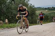 Buona parte del percorso si svolge su impegnative strade bianche. La seconda edizione dell'Eroica a Montalcino ha visto partecipare piu' di 1400 ciclisti italiani e stranieri, vestiti con abiti d'epoca e in sella a biciclette vintage. Hanno prcorso le strade delle colline toscane percorrendo fino a 170km su strade bianche e asfaltate.  Federico Scoppa