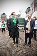 Door de luchtballonnen van het kabinet Rutte-Verhagen door te prikken geven D'66 voormannen Alexander Pechtold en Roger van Boxtel op de Vismarkt in Utrecht het startsein voor de campagne van de provinciale verkiezingen.<br /> <br /> Alexander Pechtold an Roger van Boxtels, of the Dutch Democrats D'66, are campaigning in the center of Utrecht.