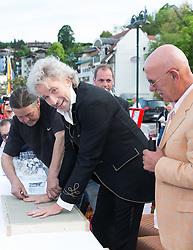 """08.05.2015, Velden, AUT, 25 Jahre, Ein Schloss am Wörthersee, Handabdruck der Stars in der Veldener Fanmeile, im Bild Thomas Gottschalk, Otto Retzer // Thomas Gottschalk and Otto Retzer gives a handprint at the Fan Mile as a side Event of 25th anniversary of tv series """"Ein Schloss am Wörthersee"""" in Velden, Austria on 2015/05/08. EXPA Pictures © 2015, PhotoCredit: EXPA/ Johann Groder"""