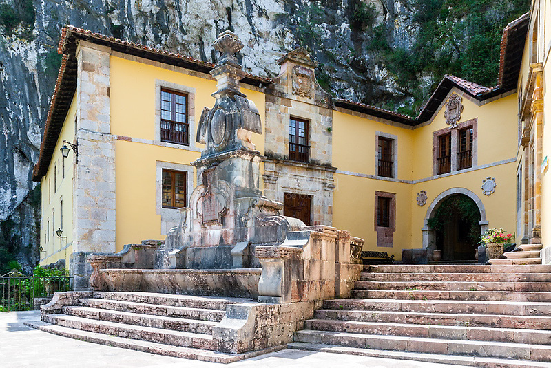 Fuente con canapé - Colegiata de San Fernando - Covadonga - Cangas de Onís - Principado de Asturias - España - Europa  © Country Sessions / PILAR REVILLA ©Country Sessions / PILAR REVILLA
