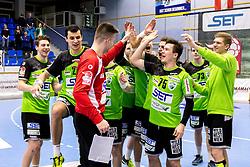 23.02.2018, BSFZ Suedstadt, Maria Enzersdorf, AUT, HLA, SG INSIGNIS Handball WESTWIEN vs Bregenz Handball, Bonus-Runde, 3. Runde, im Bild die Spieler von WestWien feiern Tormann Leo Nikolic (SG INSIGNIS Handball WESTWIEN) // during Handball League Austria, Bonus-Runde, 3 rd round match between SG INSIGNIS Handball WESTWIEN and Bregenz Handball at the BSFZ Suedstadt, Maria Enzersdorf, Austria on 2018/02/23, EXPA Pictures © 2018, PhotoCredit: EXPA/ Sebastian Pucher