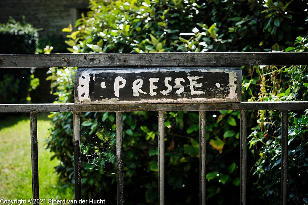 Charmes sur l'Herbasse, Drôme, Frankrijk - augustus 2021: Brievenbus van een huis in Frankrijk. |  Charmes sur l'Herbasse, Drôme, France - August 2021: Mailbox from a house in France.