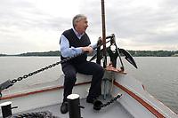 """18 MAY 2003, BERLIN/GERMANY:<br /> Michael Sommer, DGB Bundesvorsitzender, waehrend einer Bootsfahrt mit Pressekonferenz, Dampfer """"Fridericus Rex"""", Potsdam<br /> IMAGE: 20030518-01-014<br /> KEYWORDS: Schiff, Boot, Medientreff, Anker"""