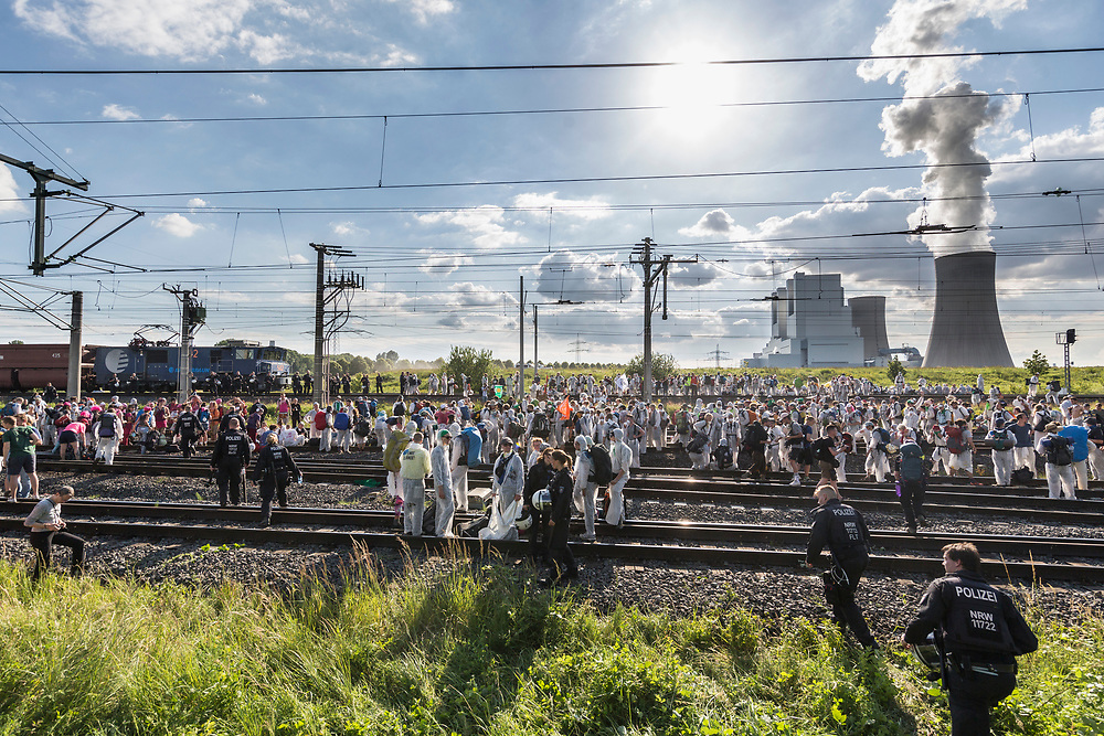 Rommerskirchen, DEU, 21.06.2019<br /> <br /> AktivistInnen von Ende Gelaende blockieren die Gleise der Nord-Sued-Bahn bei Vanikum und stoppen so die Kohlezufuhr zum Kraftwerk Neurath<br /> <br /> Foto: Bernd Lauter/berndlauter.com