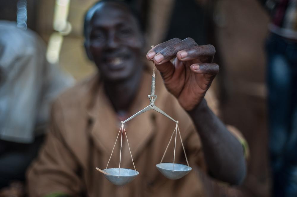Paul Ouedrougou, 45 anni, compra dell'oro al villaggio di Nobsin in Burkina Faso il 13 Maggio 2014. Un grammo d'oro è stimato ad un prezzo di circa 17000/20000 CFA francs (€25.92/30.49).