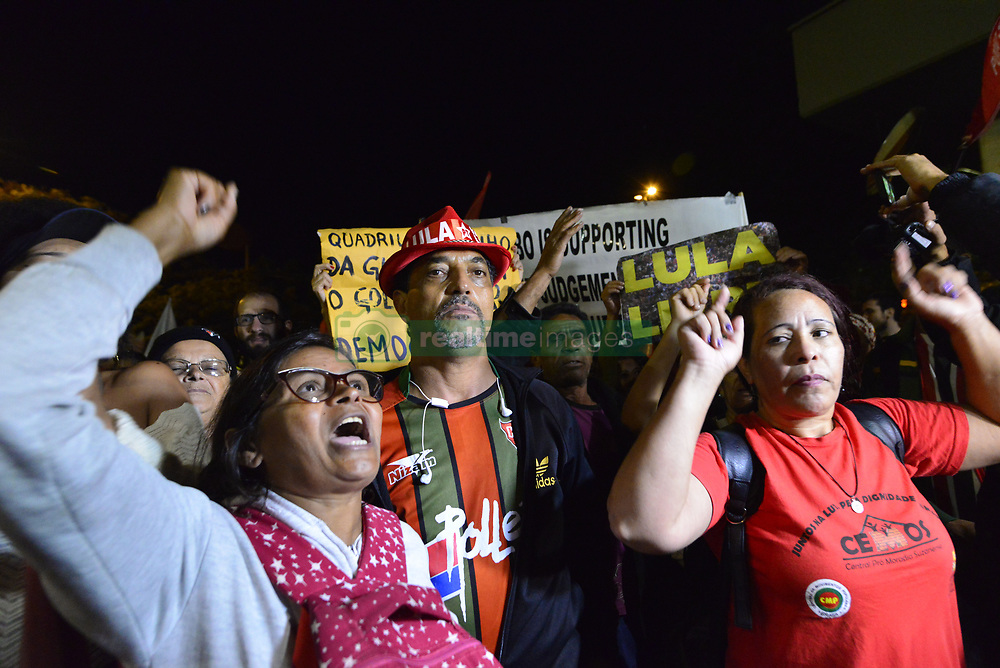 April 18, 2018 - SãO Paulo, São Paulo, Brazil - SAO PAULO SP, SP 18/04/2018 BRAZIL-POLITICS-CORRUPTION-LULA DA SILVA-PROTEST: Protesters protest at the door of Rede Globo against the broadcaster and for the freedom of Lula., In São Paulo, Brazil on April 18, 2018. Lula was jailed on corruption charges but remains the leftist Workers' Party candidate for Brazil's October presidential election and an overall favourite in the polls. (Credit Image: © Cris Faga via ZUMA Wire)