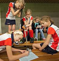 BENNEBROEK - Zaalhockey D meisjes competitie. De meiden van Abcoude vullen het wedstrijdformulier in. COPYRIGHT KOEN SUYK