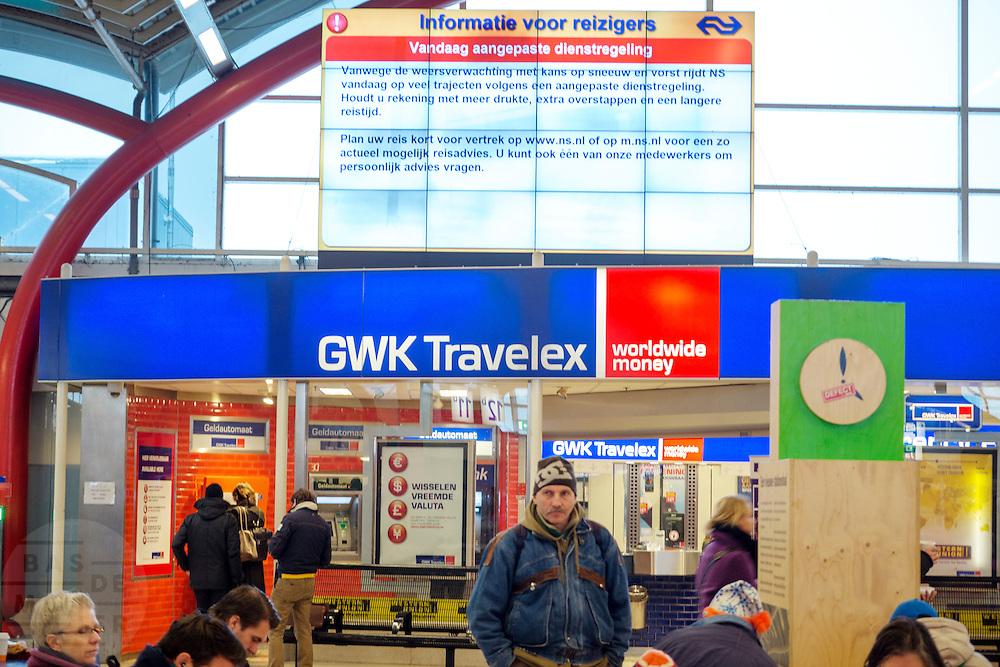 Reizigers op Utrecht CS wachten op de trein. De eerste sneeuw in Nederland zorgt weer voor de nodige overlast. De NS heeft uit voorzorg de winterdienstregeling ingezet, waardoor veel minder treinen rijden.<br /> <br /> Passengers are waiting for the trains at Utrecht CS. The Dutch railways have decided to ride with a special winter schedule due to the snow.