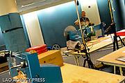 Préparation des rouleaux dans la salle de projection.