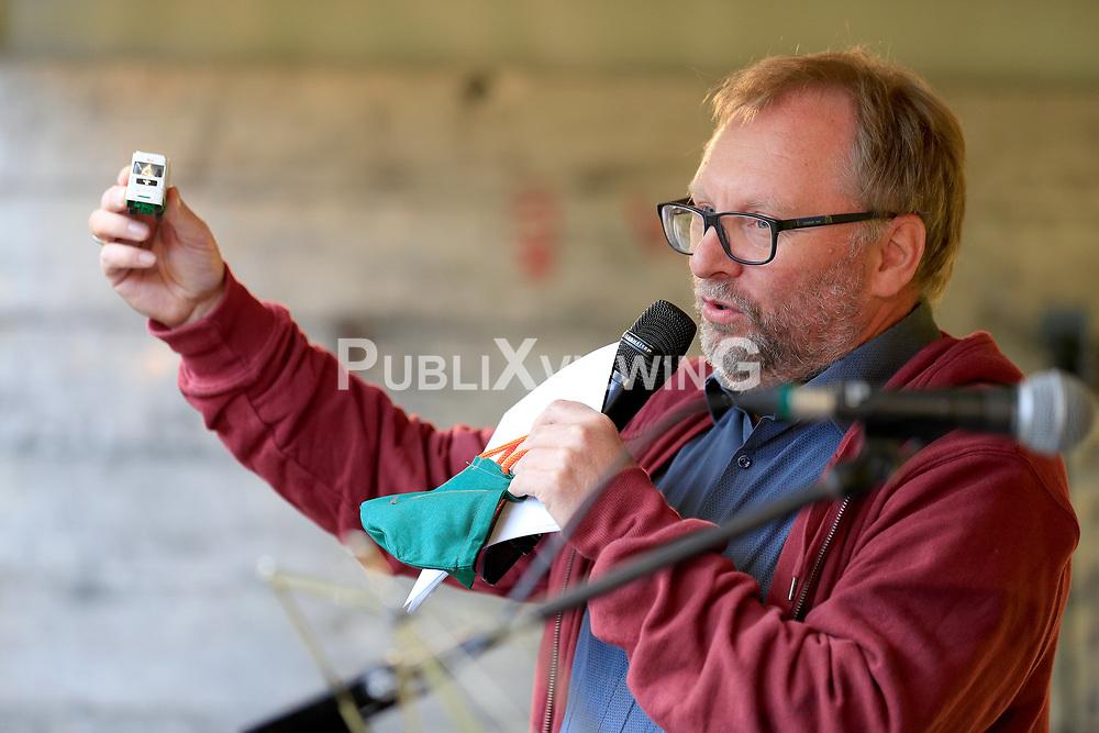 Wenige Tage nach Bekanntwerden des Umstands, dass der Salzstock im Wendland nicht weiter auf die Eignung als Atommülllager erkundet werden soll, feiern Atomkraftgegner das Aus für Gorleben nach 43 Jahren des Widerstands. Im Bild: Torsten Koopmann<br /> <br /> Ort: Gorleben<br /> Copyright: Andreas Conradt<br /> Quelle: PubliXviewinG