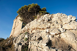 Porto Selvaggio, Nardò (LE) 2 gennaio 2013..Torre Santa Maria dell'Alto, o semplicemente Torre dell'Alto, è una torre costiera del Salento situata nel comune di Nardò e ricadente nel Parco di Porto Selvaggio e Palude del Capitano. Posta a 51 m s.l.m., su uno sperone roccioso a strapiombo sul mare, venne eretta nella seconda metà del XVI secolo con funzioni difensive su progetto del viceré spagnolo Don Pietro da Toledo che redasse un sistema di controllo delle coste della penisola salentina...Finita di costruire già nel 1569 dal mastro neretino Angelo Spalletta, la costruzione presenta un basamento troncopiramidale a pianta quadrata, leggermente scarpato, separato dal corpo superiore da una cornice marcapiano. Il piano superiore, dotato di porta d'accesso, termina con una cornice a beccatelli ed è provvisto di merli e di dieci piombatoie distribuite su tutti e quattro i lati. Una grande scalinata in tufo a tre arcate permette l'accesso. L'interno, costituito da due ambienti sovrapposti, è provvisto di cisterna per l'approvvigionamento dell'acqua; il piano terra era adibito al deposito delle scorte, il primo piano, diviso in quattro ambienti, era utilizzato come abitazione dei cavallari (così venivano chiamate le guardie che presidiavano la torre e in che in caso di eventuali arrivi di pirati lo segnalavano ai paesi dell'entroterra utilizzando il cavallo)..Comunicava a nord con Torre Uluzzo e a sud con Torre Santa Caterina..(Fonte testo: wikipedia.it)