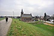 Nederland, Millingen aan de Rijn, 18-1-2012Gemeente Millingen wil overgenomen worden of bestuurlijk samengaan met Ubbergen en Groesbeek. Het is een artikel 12 gemeente en te klein om zichzelf te bedruipen. Zicht op het dorp vanf de dijk langs de Waal.Foto: Flip Franssen/Hollandse Hoogte