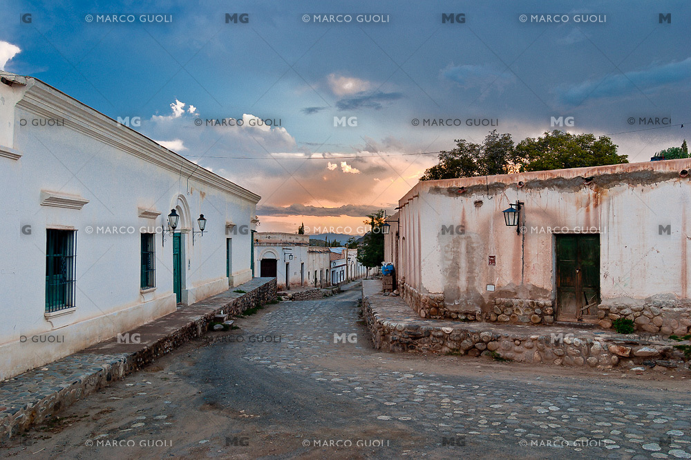 CACHI, EDIFICIOS TIPICOS AL ATARDECER, VALLES CALCHAQUIES, PROV. DE SALTA, ARGENTINA