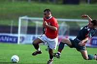 Football, EM-kvalifisering U21, Norge - Hviterussland 5-1, 5. juni 2001. Magne Hoset, Molde, og Sergei Omelyanchuk, Hviterussland (t.h.).