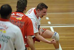 23-04-2005 VOLLEYBAL: PIET ZOOMERS - ORTEC NESSELANDE: APELDOORN<br /> <br /> Ortec.Nesselande, de ploeg van coach Peter Blange, zegevierde in Apeldoorn met 3-1 en bracht de stand in de best-of-five op 3-0. Dynamo kon voor eigen publiek aanklampen, maar meer ook niet / <br /> <br /> ©2005-WWW.FOTOHOOGENDOORN.NL