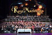 Koningin Maxima is aanwezig bij de BZT Kerstshow in Carre Amsterdam. De BZT Band XXL is compleet! Tien muzikale groepen, met elk een eigen 'sound', treden aanstaande op in een vol Carré op het Kerst Muziekgala 2016 als onderdeel van Meer muziek in de klas.<br /> <br /> Queen Maxima attends the BZT Christmas Show in Amsterdam Carre. The BZT Band XXL is complete! Ten musical groups, each with its own 'sound', stairs leading into a full Carré in Christmas music gala 2016 as part of more music in class.<br /> <br /> Op de foto / On the photo: Koningin Maxima met de BZT Band XXL en Tania Kross , Jan kooijman , Pepijn Gunneweg , Krystl , Saskia Weestand, Maan van Steenwinkel en Jetske van den Elsen