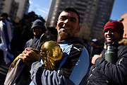 20180625/ Nicolas Celaya - adhocFOTOS/ URUGUAY/ MONTEVIDEO/ INTENDENCIA/ Aficionados observan el partido Uruguay vs Rusia en la explanada de la Intendencia, Montevideo.<br /> En la foto: Aficionados observan el partido Uruguay vs Rusia en la explanada de la Intendencia, Montevideo. Foto: Nicolás Celaya /adhocFOTOS
