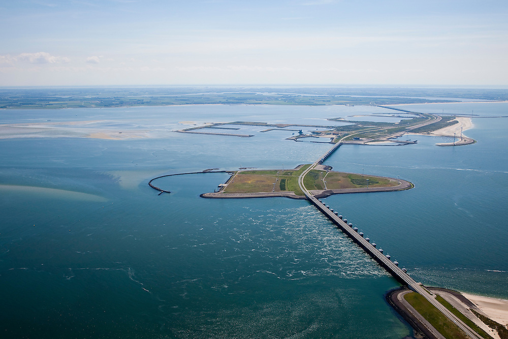 Nederland, Zeeland, Oosterschelde, 12-06-2009; Stormvloedkering tussen Schouwen en Noord-Beveland, met van onder naar boven: sluitgat Hammen, werkeiland Roggenplaat, sluitgat Schaar, werkeiland Neeltje Jans en sluitgat Roompot. Links van de kering de Oosterschelde, rechts de Noordzee, Walcheren aan de verre horizon..Storm surge barrier in Oosterschelde (East Scheldt), between Islands of Schouwen-Duiveland and Noord-Beveland; North Sea on the right side of the barrier. Under normal circumstances the barrier is open to allow for the tide to enter and exit. In case of high tides in combination with storm, the slides are closed.Swart collectie, luchtfoto (25 procent toeslag); Swart Collection, aerial photo (additional fee required).foto Siebe Swart / photo Siebe Swart