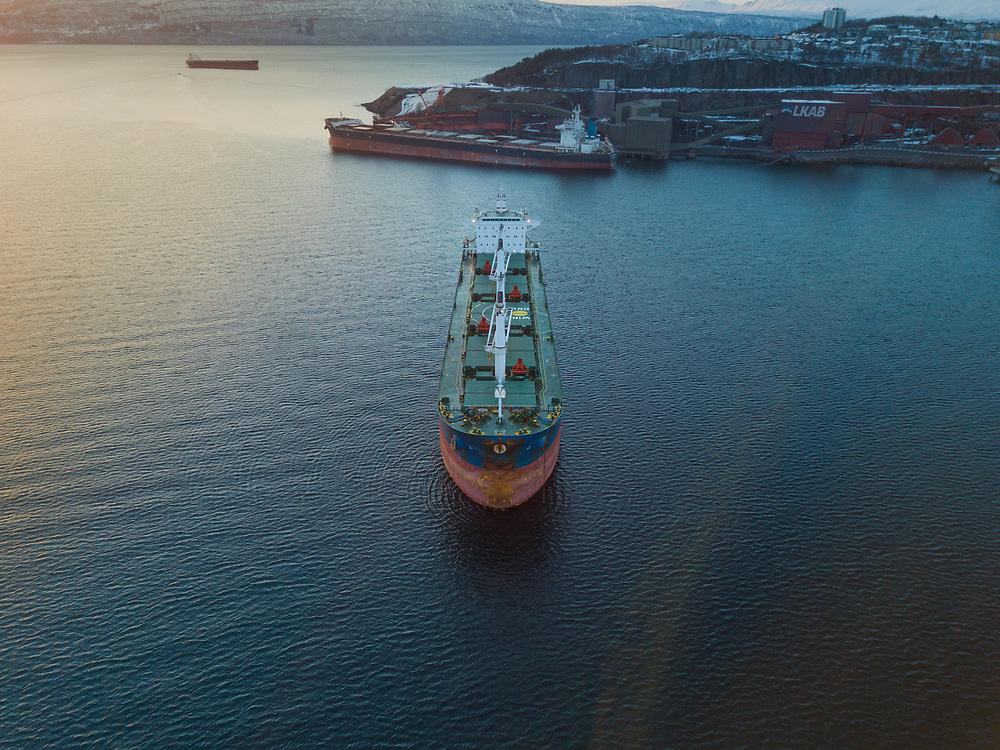 Malmbåten «Kenan» ankret i Narvik havn. Dronefoto.