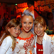 Uitreiking Kids Choice Awards 2004, Monique van der Werff met 2 fans, Linda Janssen en Saskia Veerman