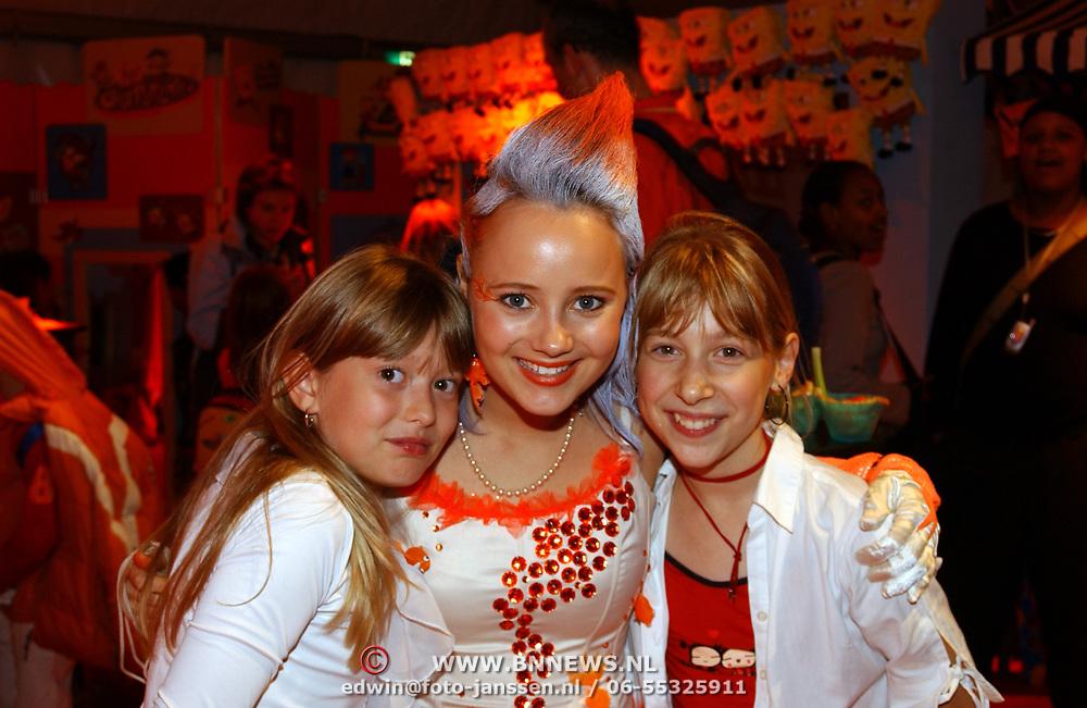 Uitreiking Kids Choice Awards 2004, Monique van der Werff met 2 fans, Linda Janssen en Saskia Veerman