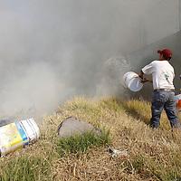TOLUCA, México.- Vecinos de la Colonia Independencia intentaron sofocar un incendio en un terreno baldío, con cubetas de agua lograron abatir el incendio. Agencia MVT / Crisanta Espinosa. (DIGITAL)
